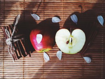 Apples, cinnamon and petals - image gratuit #136193