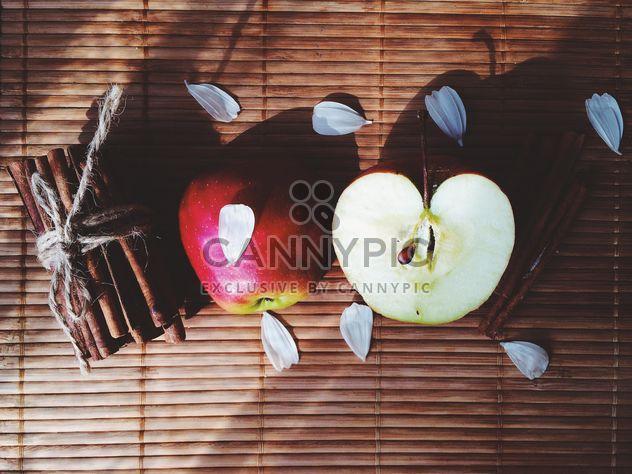 Яблок, корицы и лепестки - бесплатный image #136193