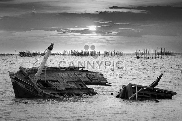 Naufragio de barco de madera - image #136303 gratis