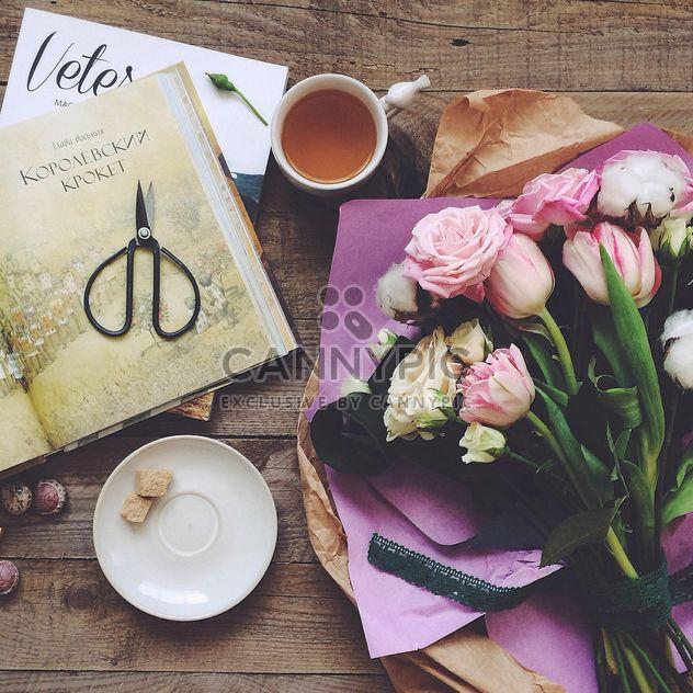 Blumen, Tasse Tee und Bücher - Free image #136473