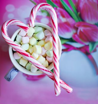 Candies on cup of marshmallows - image #182693 gratis