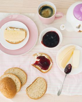 Breakfast with crusty bread - image gratuit #182723