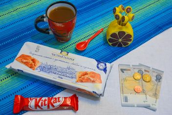 Cookies, chocolate, cup of coffee and money - image #182803 gratis