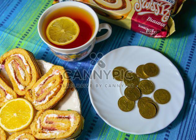 Rolos de doce, chá e moedas - Free image #182823