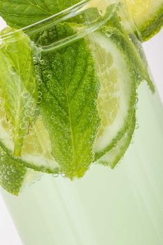 Soft drink with mint and lime - image gratuit #182963