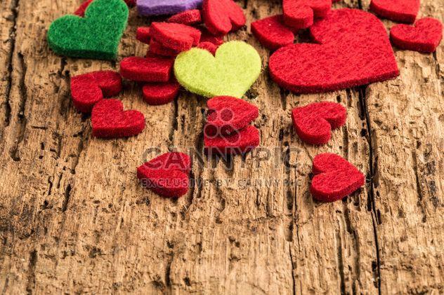 Corazones de colores en madera - image #183003 gratis