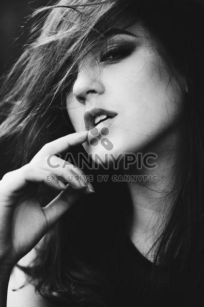 Portrait de femme en noir et blanc - image gratuit #183703