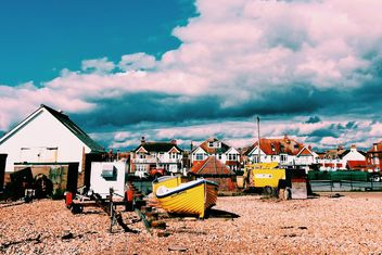 Houses and boats under cloudy sky, England - image #183913 gratis