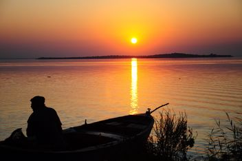 silhouettes of fishermen on lake - image gratuit #185773