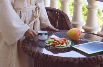 woman having breakfast - image #185883 gratis
