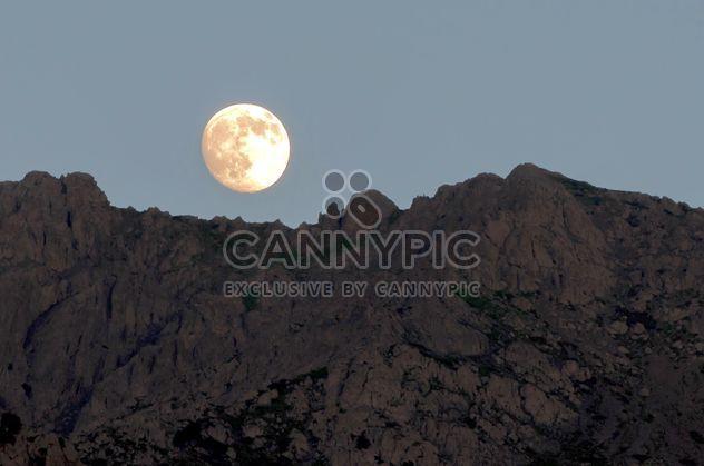 Paysage avec la pleine lune et montagnes - image gratuit #186033
