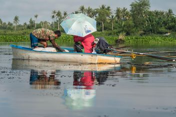 Fishermen in boat - image #186483 gratis
