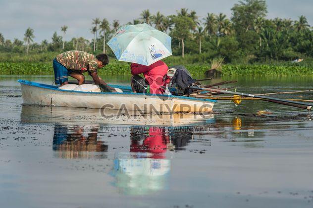 Pescadores en barca - image #186483 gratis