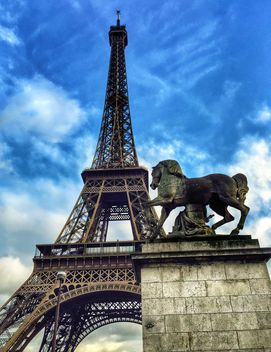 Eiffel Tower and Horse Sculpture - image gratuit #186833