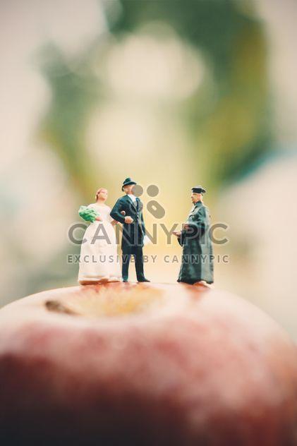 Миниатюрные люди на apple - бесплатный image #187123