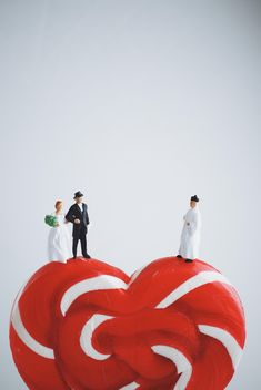 Wedding day of miniature people on the heart lollipop - image gratuit #187133