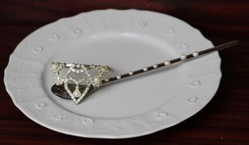 Spoon on a plate decorated with pearls - бесплатный image #187163