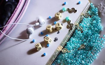 headphones and treble clef on beads, - бесплатный image #187273