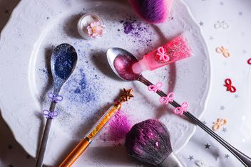 colored sequins in a spoon and a plate - image gratuit #187303