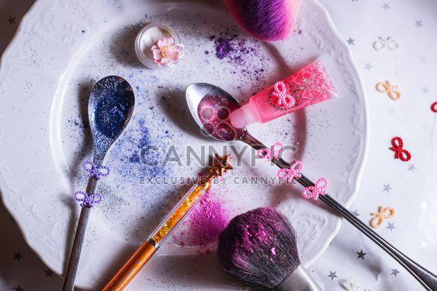 lantejoulas coloridas em uma colher e um prato - Free image #187303