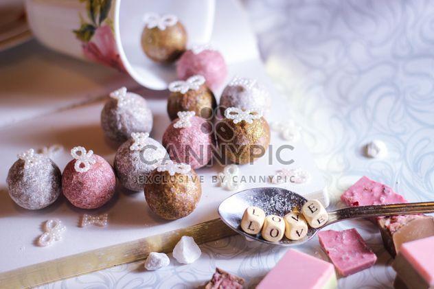 Разноцветные конфеты с украшениями - бесплатный image #187403