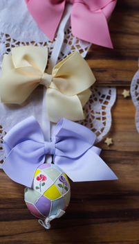 easteregg hanging on a stripe with ribbon - image #187503 gratis