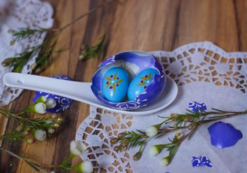 Painted Easter eggs in spoon - image gratuit(e) #187523