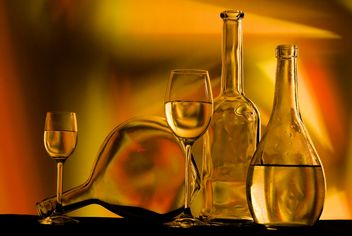Goblets and bottles with liquid - бесплатный image #187743