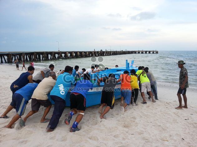 Thai people push the fishing boat - Free image #198013