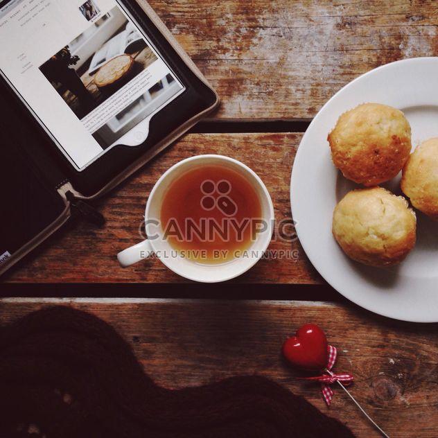 Tasse Tee, Bäckerei und Tablet-computer - Kostenloses image #198413