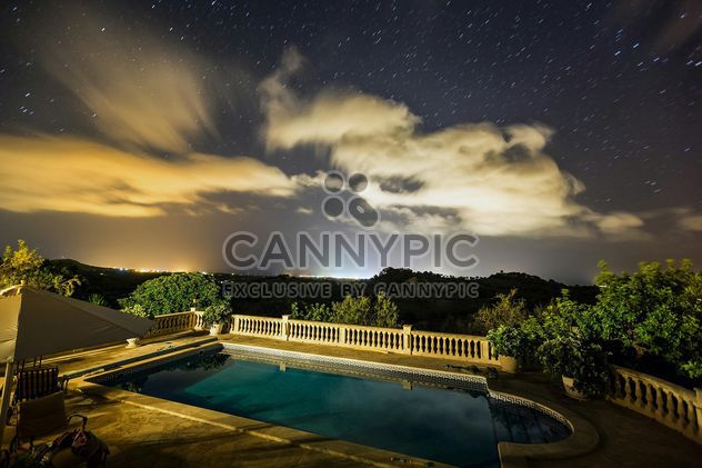 Night view of star sky over swimming pool during the vacation in Mallorca - image #198683 gratis