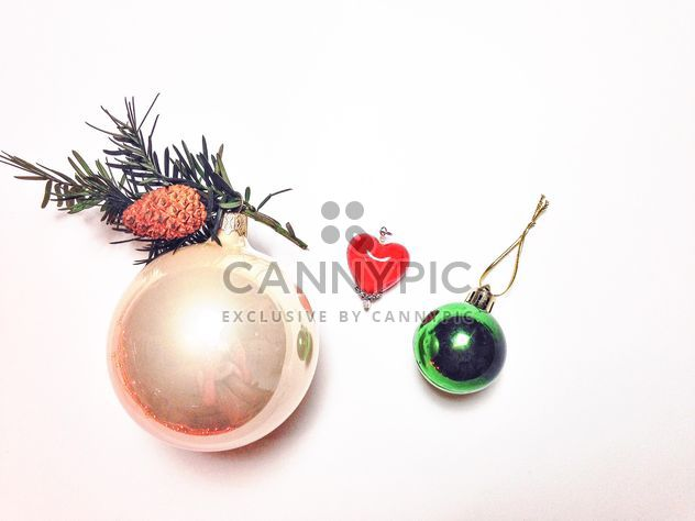 Rama de árbol conífero y juguetes de Navidad - image #198963 gratis