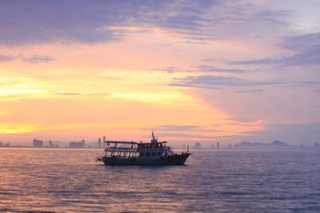 Boat in sea at sunset - Kostenloses image #199013