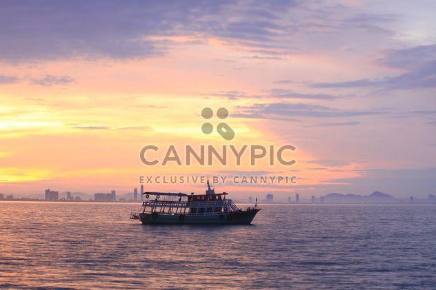 En mer en bateau au coucher du soleil - image gratuit #199013