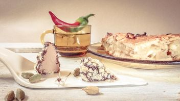 #mirta cup of tea, chocolate white , apple pie , glass plate and cup, red green pepper , sweets, , cardamom - image #199053 gratis