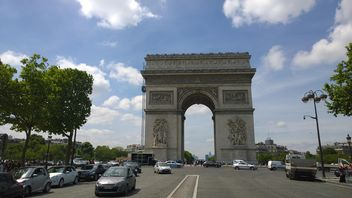 Road to Arc de triomphe#architecture #building #travel #europe #french #france #sky #clouds #tall#street #road #car #auto#traffic#tree#paris#arch#gate#facade#restoration - image gratuit(e) #199833