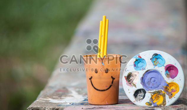 Palette mit Farben und Tasse mit paintbrashes - Kostenloses image #200163