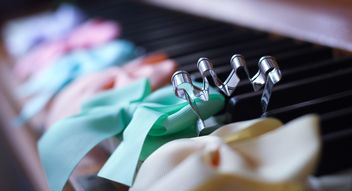 Bows on piano - image gratuit(e) #200973