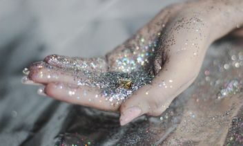 hands holding glitter decor - бесплатный image #201043