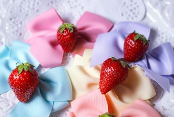 fresh strawberry with ribbons - image gratuit #201053