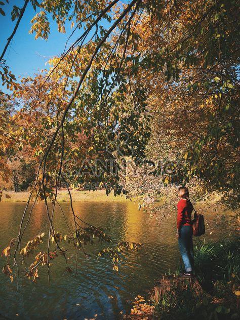 #autumncity, menina sob árvores de outono na margem do lago - Free image #271703