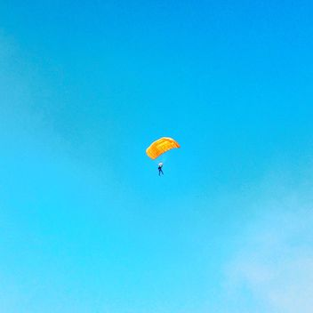 Paraglider flying in the sky - Kostenloses image #271743