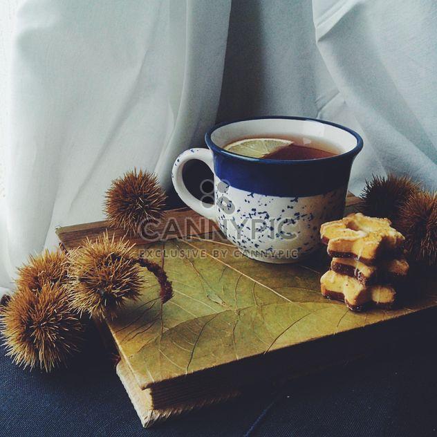 Tee, Cookies und stachelige Frucht auf Buch - Free image #272223