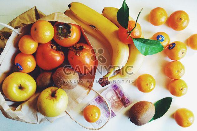 Bananen, Mandarinen, Kiwis, Äpfel und Persimonen in Tasche auf weißem Hintergrund - Kostenloses image #272273