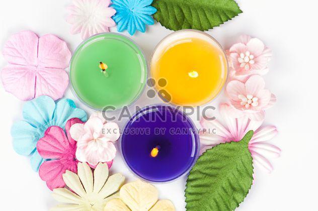 Farbige Kerzen und Blumenschmuck - Kostenloses image #272533