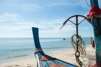 Fishing boat on a beach - image gratuit #273543