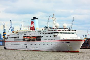 Cruise ship in Hamburg - image #273683 gratis