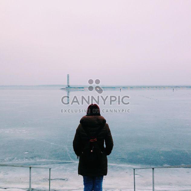 L'arrière d'une jeune fille à la recherche dans la mer - image gratuit #273873