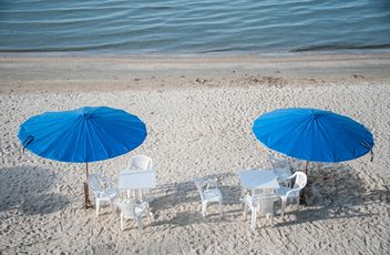 Tables and chairs on beach - image gratuit #275103