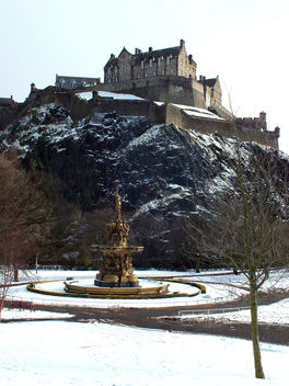 Edinburgh Castle and The Ross Fountain - image #287963 gratis